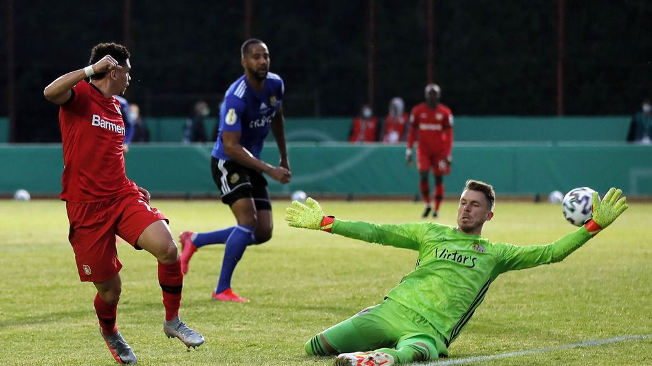 Bayers Paulinho, Saarbrücken-TorwartDaniel Batz: Viele Chancen, drei Treffer