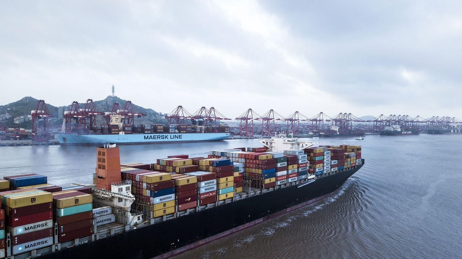 EINMALIGE VERWENDUNG SP 02/2020 S. 26 - Containerschiffe in Shanghai -Das deutsche Rätsel