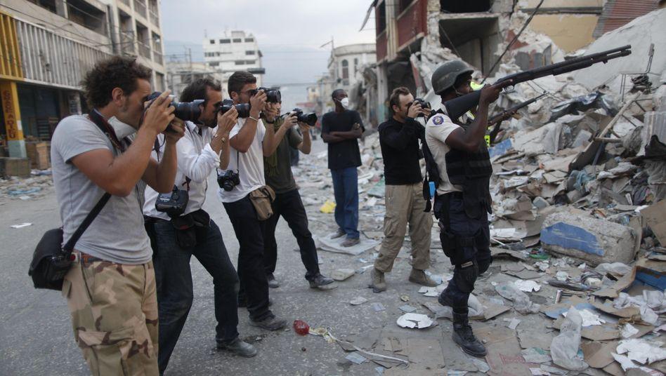 Fotografen auf Haiti (Archivbild von 2010): Keine kommerzielle Verwertung von auf Twitter veröffentlichten Bildern