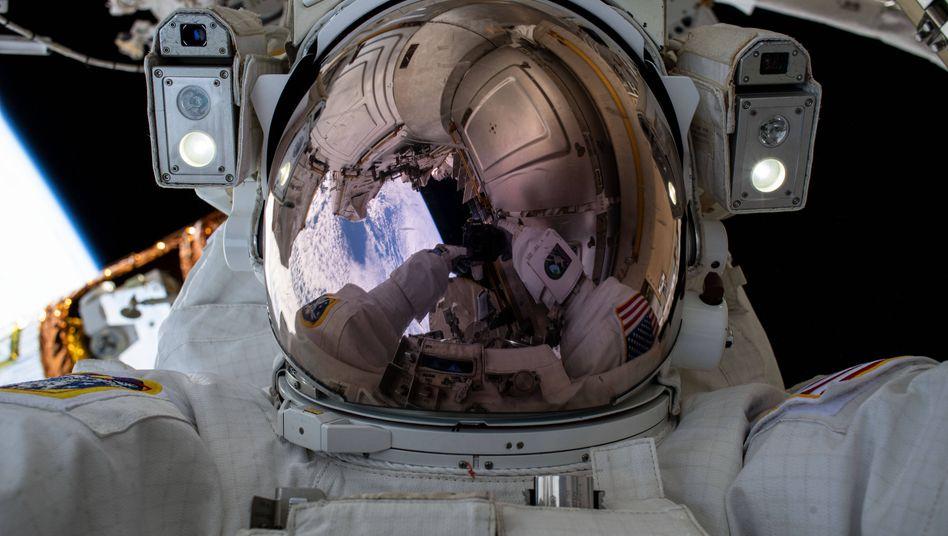 Astronaut Chris Cassidy während eines Außeneinsatzes auf der ISS
