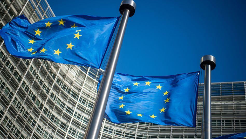 EU-Fahnen vor Kommissionssitz in Brüssel: Aufbaufonds über Haushalt?