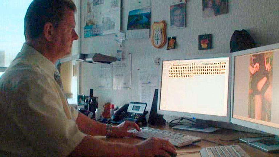 Torsten Meyer, Chef der Auswertungsstelle Kinderpornographie im LKA Sachsen-Anhalt, bei der Arbeit.