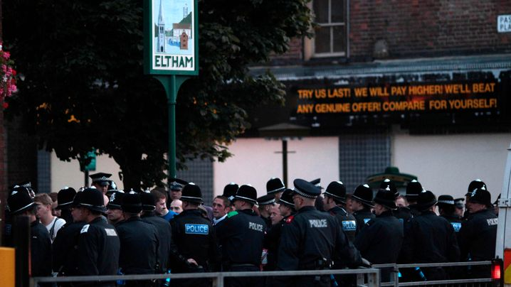 England: Polizei stoppt Randalierer