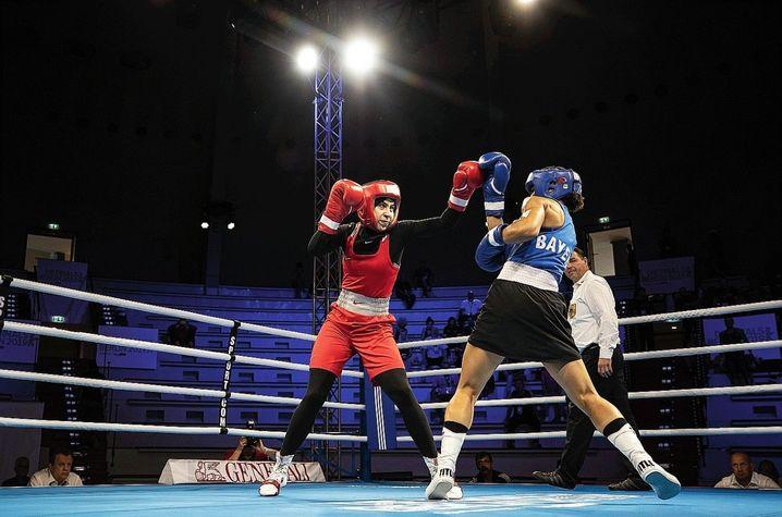 Im Ring fühlt sich Zeina (l.) am wohlsten. Mit 14 bestritt sie ihren ersten Kampf. 2018 gewann die Berlinerin in ihrer Gewichtsklasse die deutsche Meisterschaft