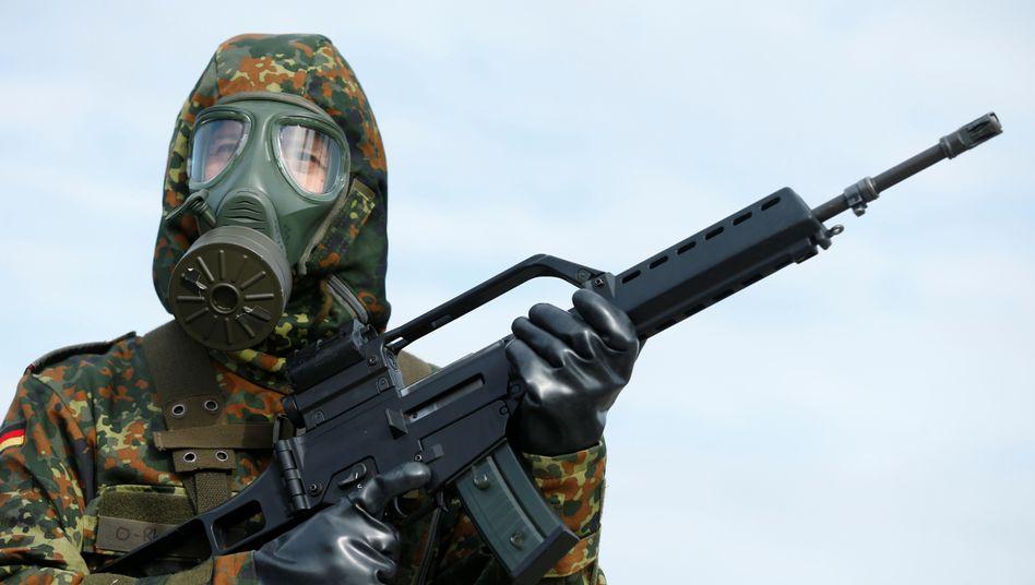 Bundeswehrsoldat mit Gewehr G36 von Heckler & Koch