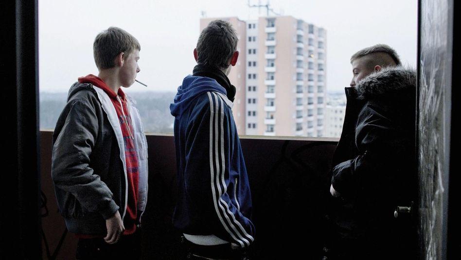 Freunde Florian, Pascal, Dustin im Hochhaus Nummer 54 in Berlin-Spandau: Viel Zeit, kaum Geld