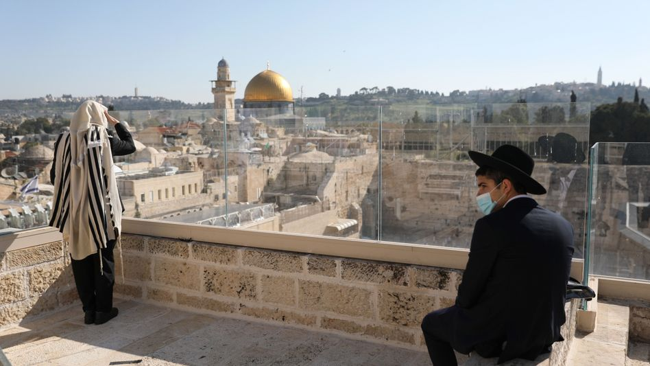 Gläubige in Jerusalem: Netanyahus Zustimmungswerte schnellen seit der Coronakrise in die Höhe