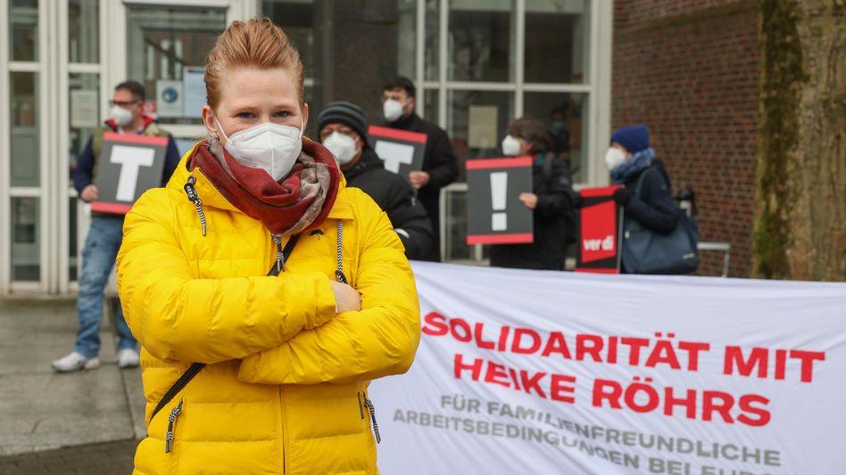 Heike Röhrs bei einem Termin vor dem Arbeitsgericht, unterstützt von Gewerkschaftern