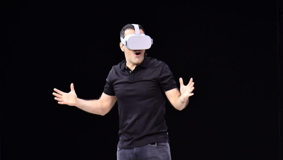 Hugo Barra, VR-Manager bei Facebook, mit einer Oculus Go auf der Facebook-Konferenz F8 (2018)