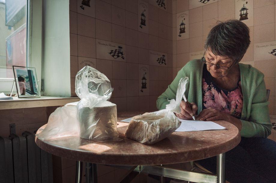 Tatjana Tolkatschewa listet die Dinge auf, die sie ihrer Tochter ins Gefängnis bringen will