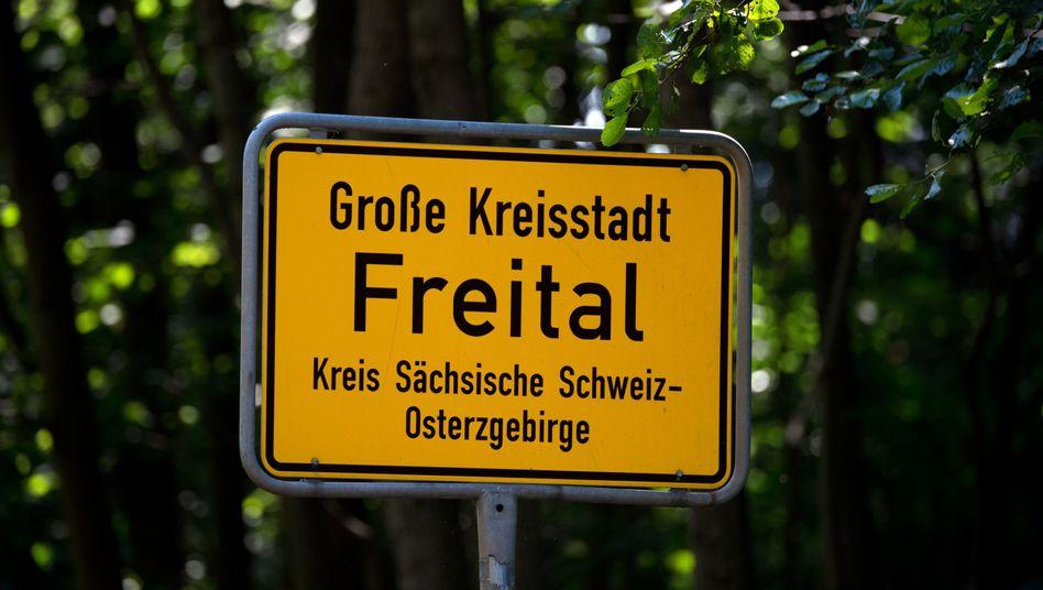 """Ortseingangsschild von Freital: """"Es hat eine Explosion gegeben"""""""