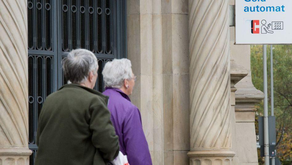 Seniorinnen: Ost-West-Angleichung kommt bei der Rente nur langsam voran