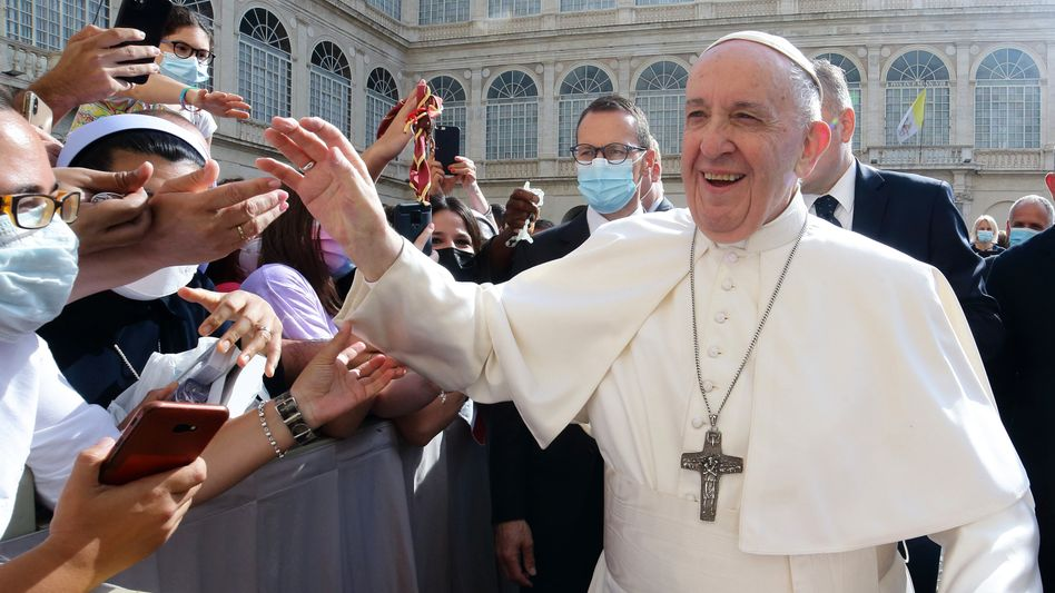 Mehr Mitsprache für Laien geplant: Papst Franziskus grüßt Gläubige während einer Audienz (Archivfoto)