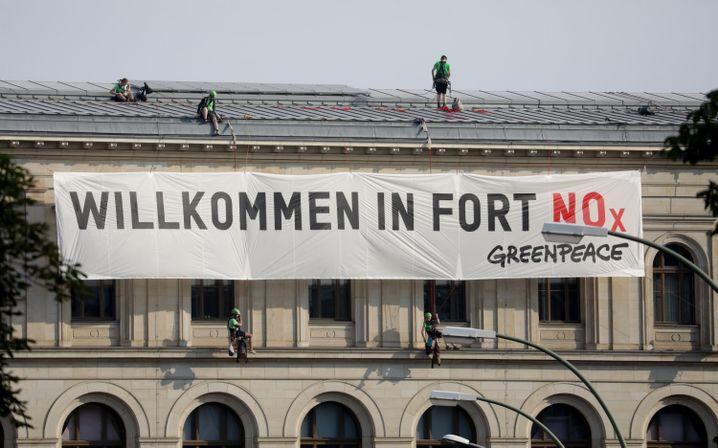 Protestaktion von Greenpeace beim Dieselgipfel in Berlin