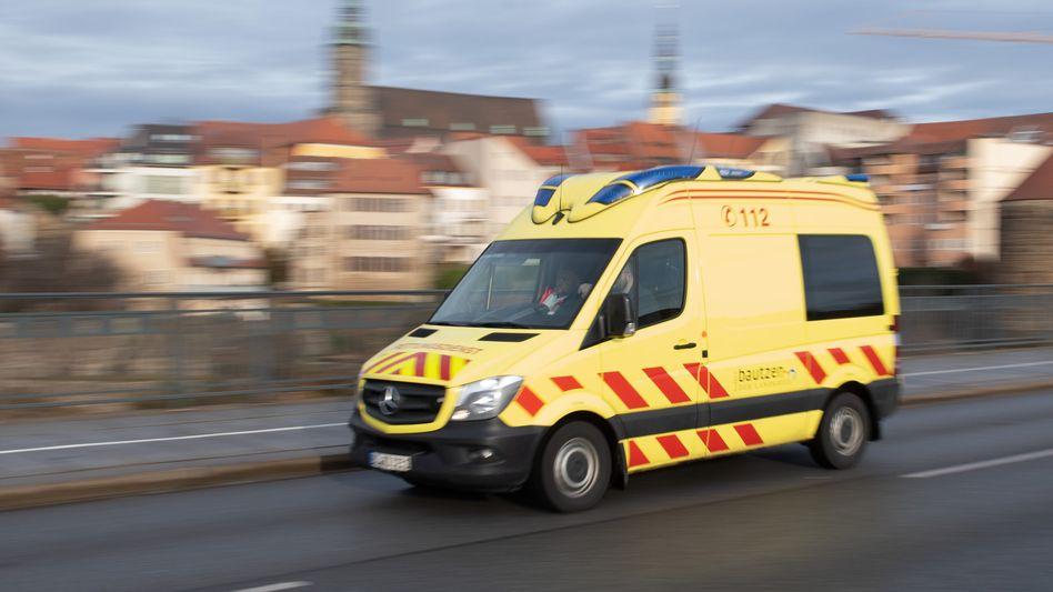 Rettungswagen in Bautzen (Symbolbild): Absturz von darunterliegendem Balkon gebremst