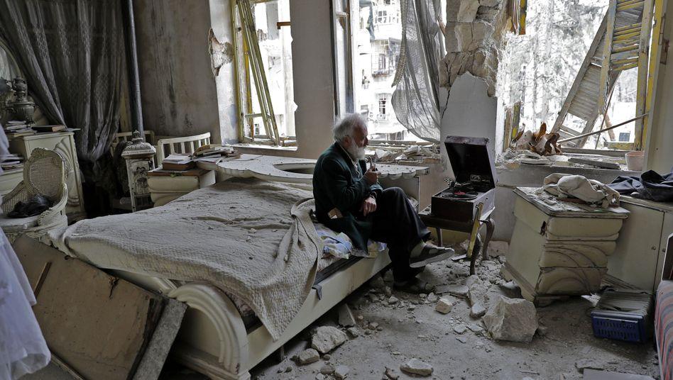 Mann im kriegszerstörten Aleppo