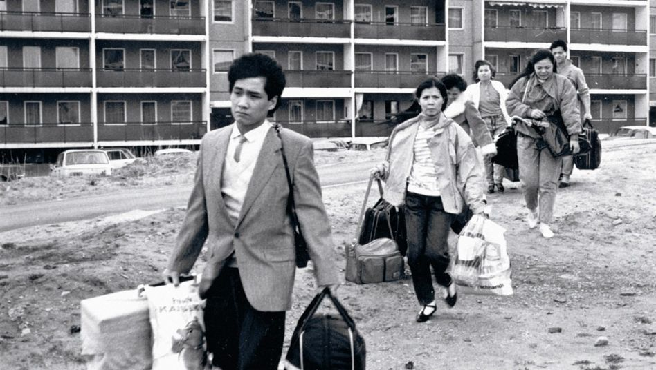 Mit reichlich Gepäck brechen Vietnamesen 1988 in Dresden zum Heimatbesuch auf.