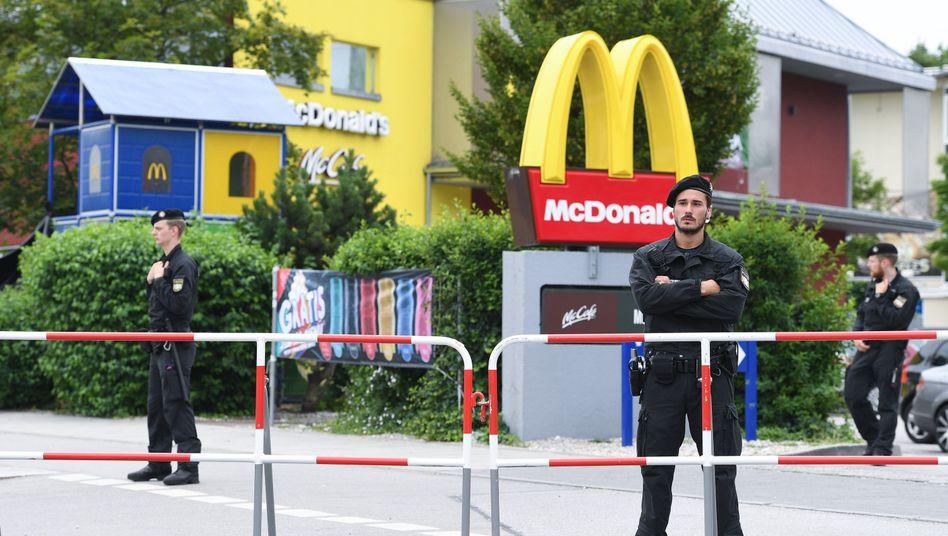 Polizeibeamte vor dem Tatort in München