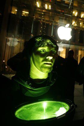 Greenpeace und Apple sind sich nicht grün: Protest der Umweltaktivisten vor dem Apple-Laden in Manhattan