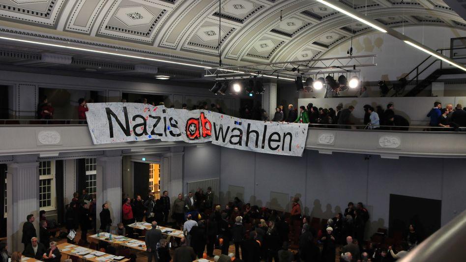Demonstranten in der Kreistagssitzung: Protest gegen NPD