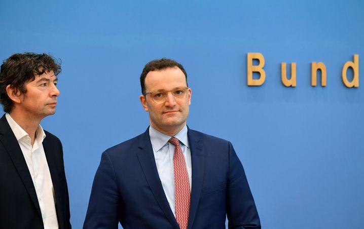 Jens Spahn (rechts) mit dem Virologen Christian Drosten am 9. März: Kliniken müssten alle notwendigen Mittel bekommen, sagen Leute vom Fach