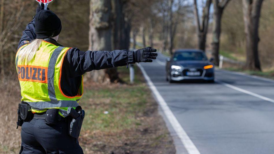 Kontrolle an der Landesgrenze zwischen Schleswig-Holstein und Mecklenburg-Vorpommern: Mit Polizeipräsenz gegen Urlauber