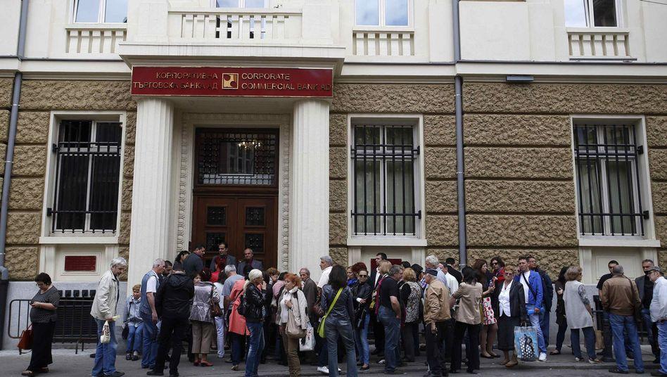 Bulgaren vor Corpbank-Zentrale: Äußerst empfindlich bei Bankenkrisen
