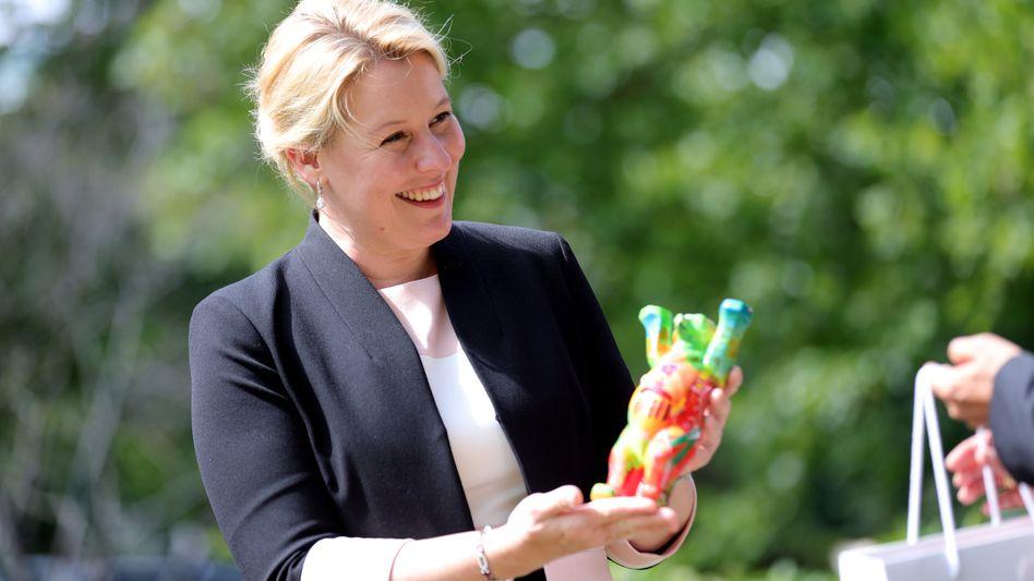 Ministerin Giffey auf dem Werksgelände der Firma Henkel in Düsseldorf