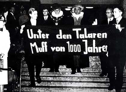 Aufbegehren gegen die Ordinarien: Aktivisten Detlev Albers (links), Gert Hinnerk Behlmer im Audimax der Hamburger Universität 1967