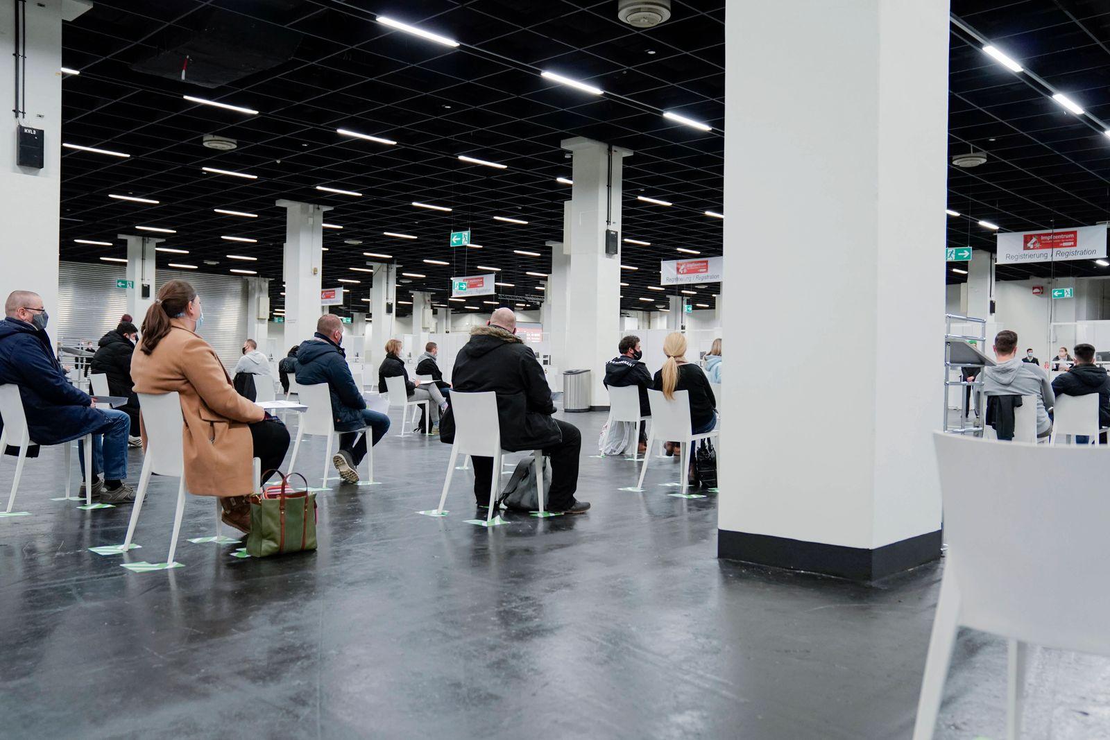Testlauf mit Probanden im neuen Impfzentrum in der Messe Koeln Aktuell, 22.12.2020, Koeln, Symbolbild, Symbolfoto, Wart