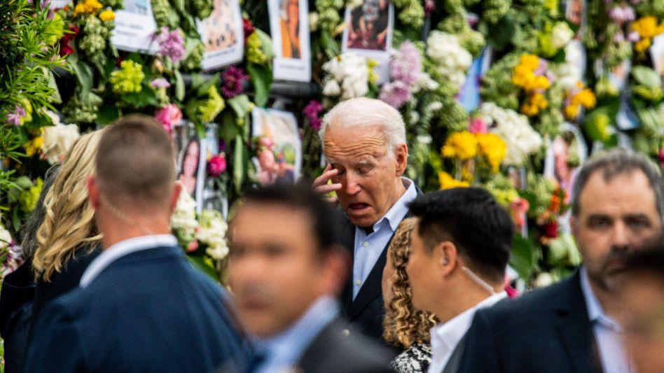 US-Präsident Joe Biden vor Fotos von Opfern und Vermissten
