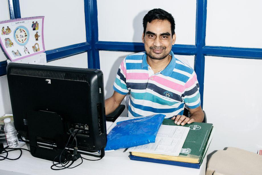 Ganesh Acharya an seinem Schreibtisch in der HIV-Klinik