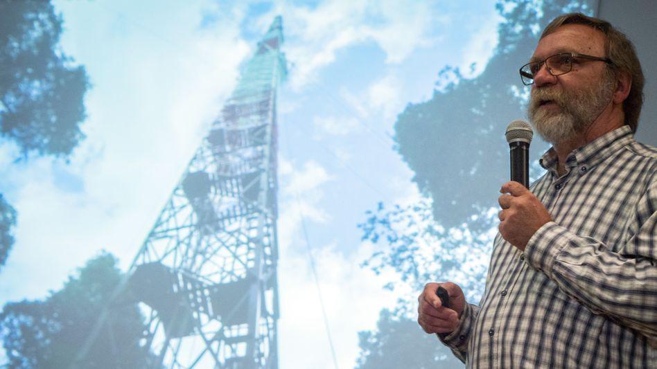 Jürgen Kesselmeier bei einer Präsentation des ATTO-Projektes