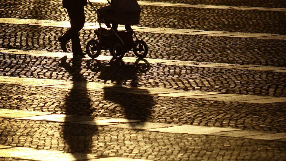 Frau mit Kinderwagen (Symbolbild)