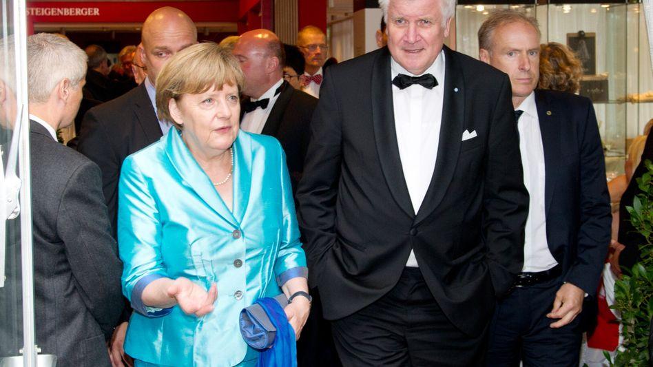 Da schien alles noch in Ordnung: Merkel und Seehofer am Samstag in Bayreuth