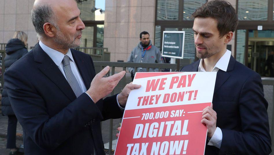 Währungskommissar Pierre Moscovici nimmt Petition für Digitalsteuer entgegen
