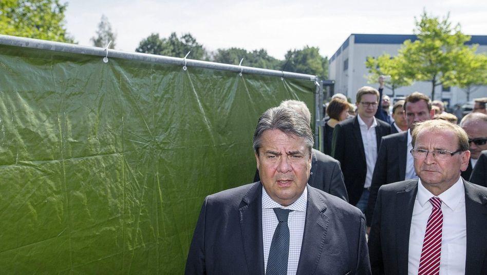 Vizekanzler Gabriel im Flüchtlingsquartier in Heidenau: Der Bund soll aktiver werden