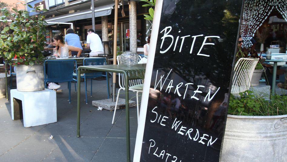 """Restaurant in Frankfurt am Main: """"Bitte warten, Sie werden platziert"""""""