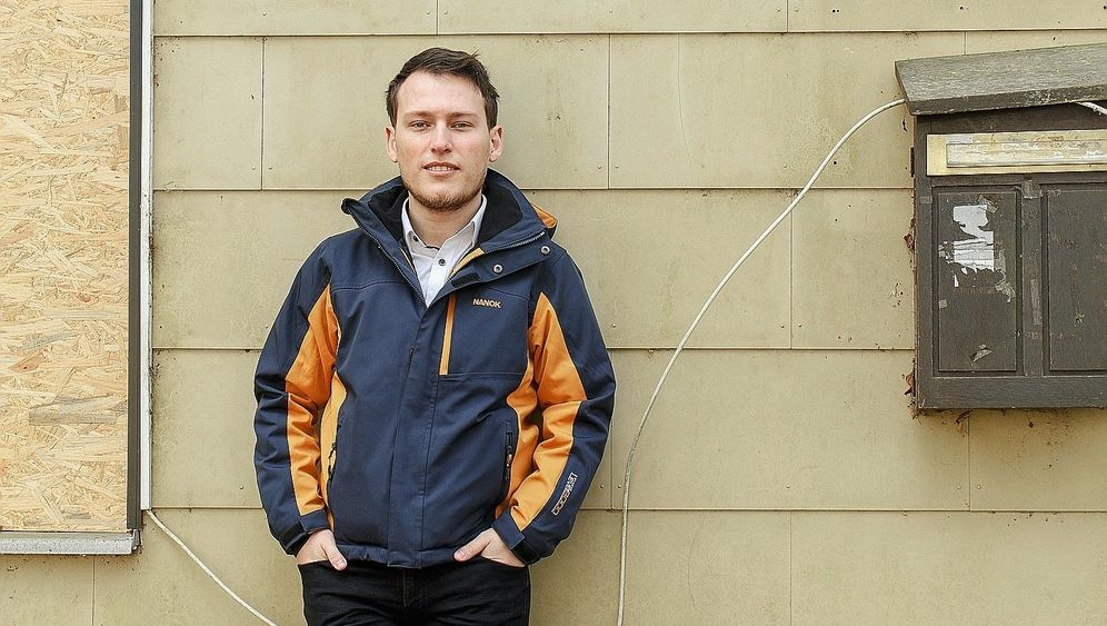 Genosse Saad vor ehemaliger Flüchtlingsunterkunft in Jägerslust: Willy Brandt gegoogelt