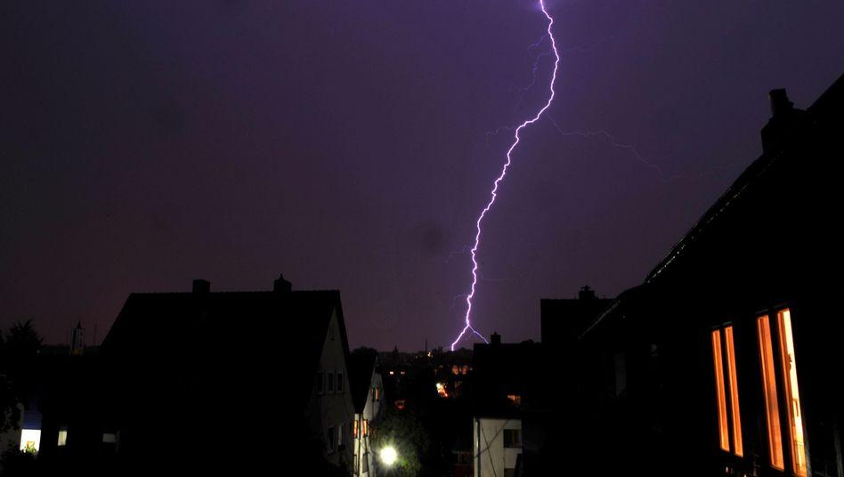Ein Blitz über der Kasseler Innenstadt. Am Wochenende soll es kräftig krachen