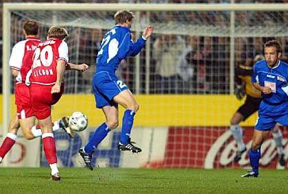 Auftakt zum Schützenfest: Kölns Thomas Cichon (l.) trifft zum 1:0 in der ersten Minute