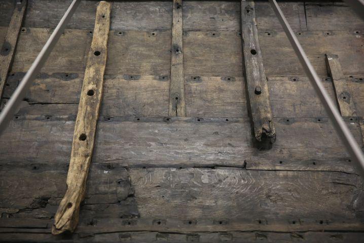 """Originalteile der 36 Meter langen """"Roskilde 6"""" - das größte je gefundene Wikingerschiff"""