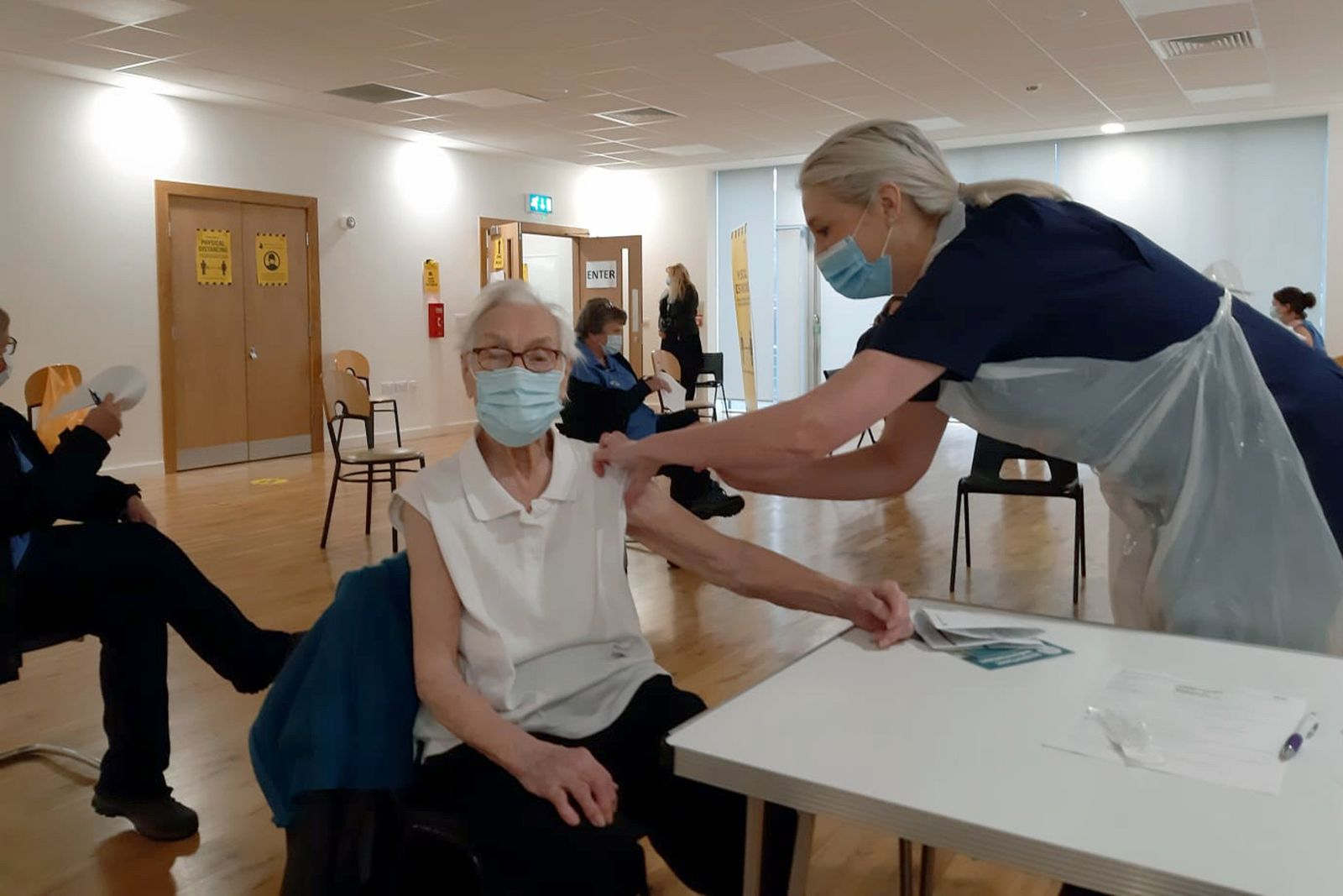 101-jährige erhält Corona-Impfung