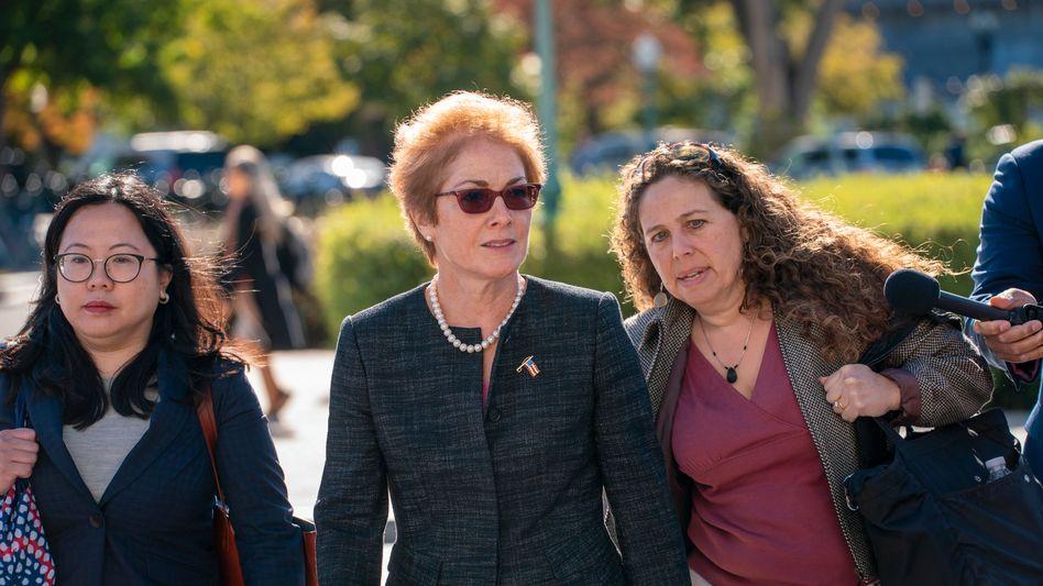 Marie Yovanovitch (M.) auf dem Weg zur Anhörung