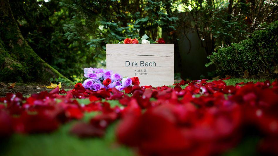 Blick auf das Grab des Schauspielers Dirk Bach am 08.10.2012 auf dem Friedhof Melaten in Köln (Nordrhein-Westfalen). Bach war vor einer Woche in Berlin im Alter von nur 51 Jahren gestorben. Der Leichnam war am frühen Sonntagmorgen eingeäschert und seine Urne in der Abenddämmerung beigesetzt worden. Foto: Rolf Vennenbernd/dpa +++(c) dpa - Bildfunk+++