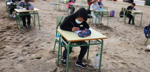 Freiluftschule in Spanien: Pauken im Sand