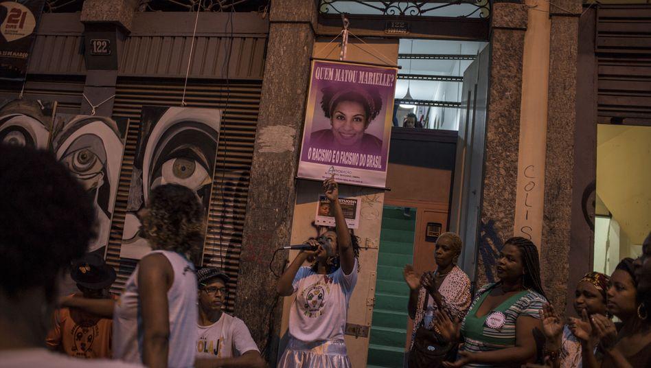Demonstrierende schwarze Feministinnen nach dem Mord an Marielle Franco