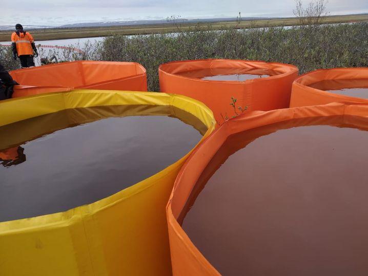 Provisorische Auffangbecken mit verschmutztem Wasser