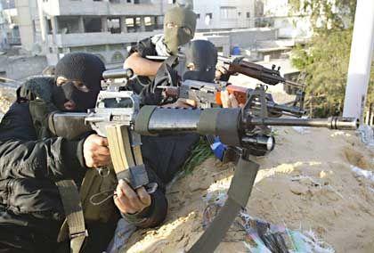 Fatah-Kämpfer beziehen Stellung auf einem Hausdach: Das öffentliche Leben in Gaza-Stadt ist lahmgelegt.