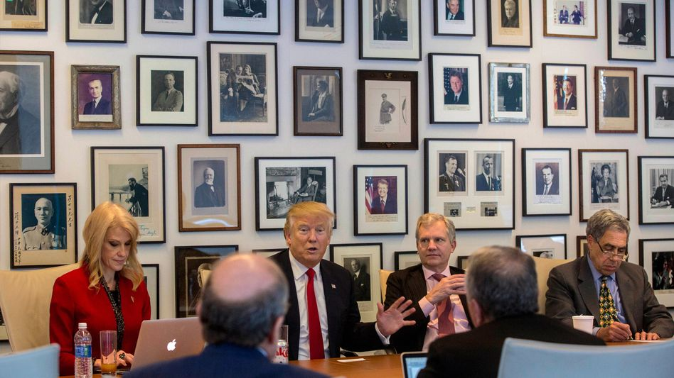 """Donald Trump 2016 zu Besuch bei Arthur Sulzberger Jr. (2.v.r), mittlerweile Verleger der """"New York Times"""""""